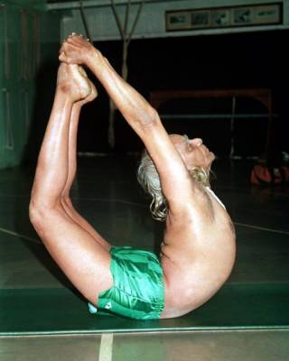 b2ap3_thumbnail_BKS-Iyengar-demonstrating-a-perfect-backbend.jpg